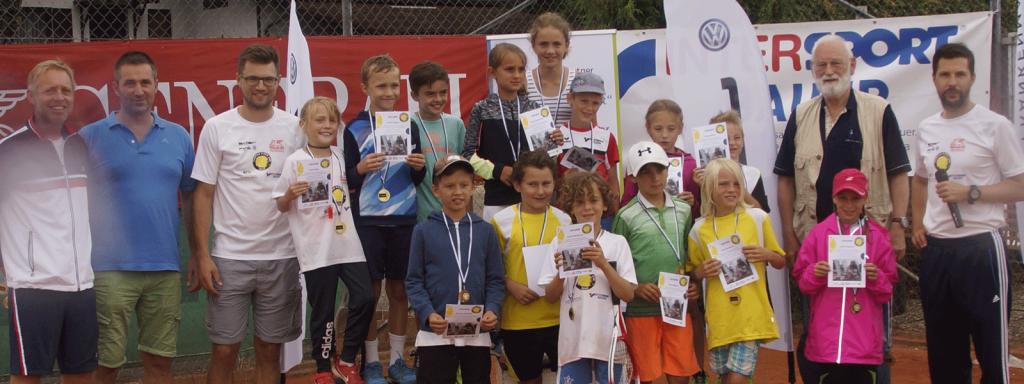 Auf dem Bild sind alle Sieger des Kidscup auf der Tennisanlage in Schörfling am Attersee zu sehen